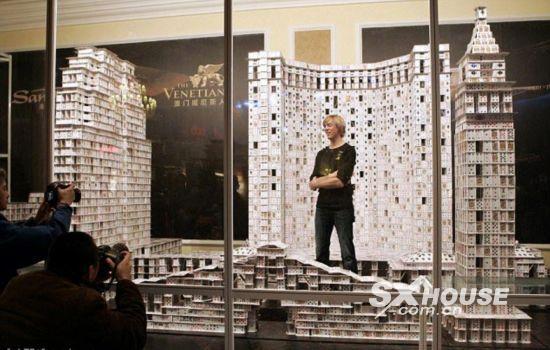 美国建筑师堆出世界最大的扑克牌房子