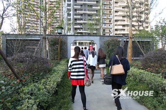 而从璞园2号楼本身来说,除了极佳的景观和地段;在户型方面,璞园2号楼170-220中央景观大宅,也拥有无可争议的优势。相比绍兴同等楼盘,其户型方正大气、南北通透、全明全景设计,户户临湖,每户最高拥有30超大可拓展空间。 可以说,不管从区域的地段、配套,还是从楼座本身的景观、位置、户型,像璞园2号楼拥有这么好的资源不仅在大滩区域,就是从整个绍兴城来看,也是绝无仅有的。