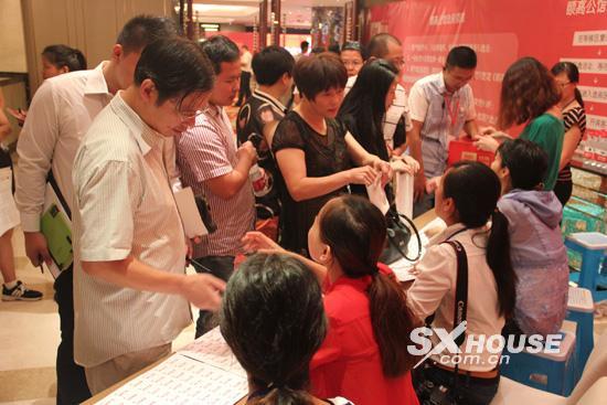 src=http://images.sxhouse.com.cn/news/content/2013/9/s_20130922030401975328.jpg width=550 height=413></P> <P style=TEXT-ALIGN: center>开盘现场</P> <P> 继9月15日中秋答谢晚宴之后,<A href=http://www.sxhouse.com.cn/loupan/2722.htm target=_blank>颐高广场</A>(<A href=http://www.sxhouse.com.cn/news/121_41/ target=_blank>资讯</A> <A href=http://bbs.sxhouse.com.cn/showforum-168/list.aspx target=_blank>论坛</A>)于9月20日盛大开盘。此次开盘的是颐高广场单身公寓3号楼。自绍兴颐高会会员招募启动,颐高广场早已成了绍兴市民们的关注焦点。凭借优越的地段,15万起的低首付,深受购房者的追捧。这次开盘现场一如既往地火爆,开盘仅1小时售出近40多套房源成为颐高广场热销最有力的佐证。</P> <P style=TEXT-ALIGN: center><IMG alt=